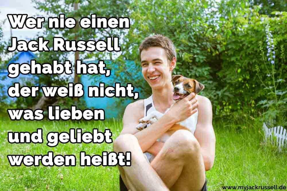 Ein Mann umarmt seinen Jack Russell
