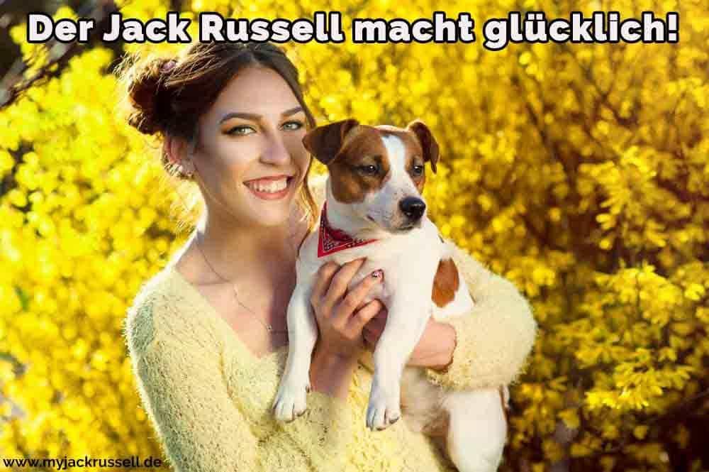 Eine Frau umarmt ihren Jack Russell