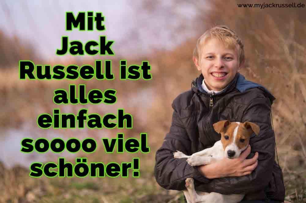 Ein Junge umarmt seinen Jack Russell